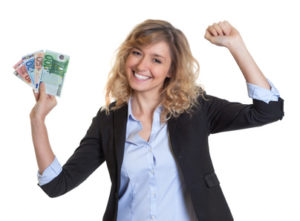 Frau hat Bargeld in der Hand, dank Sofort Geld aufs Konto